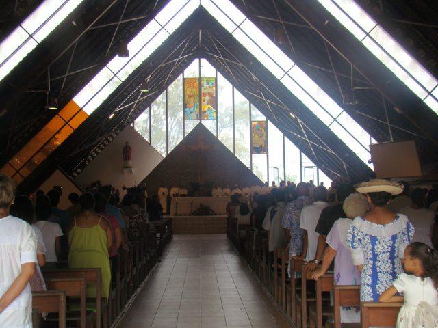 Punaauia /4novembre 2012/ remise aubes et scapulaires aux servants de messe
