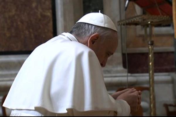 Pape en priere2